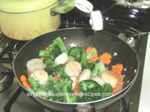 reunion dinner ideas sauteed scallops with vegetables pour in fish sauce